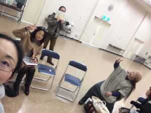 だだっ広い会場の隅に集まる参加者。舞踊家の久木田さんに踊ってもらえば良かった