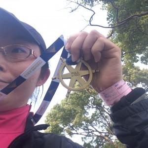 メダルを手にドヤ顔の私。そりゃそうさ、今回の完走は格別の嬉しさ!