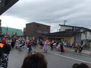 この人たちです、乱乱流(らんらんるー)!この後ろにはたくさんのチームの踊り子さんが…!!