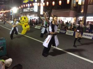 奥の黄色い子、見切れグループマスコット「ジョニー」とかぶる…着ぐるみにしたらこんな感じか