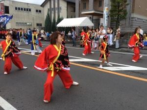 そのパレード形式の演舞。踊り終わったらすぐにステージ形式で演舞です