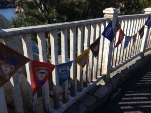 街の入口はジャーニー・ウィズ・ダッフィー仕様。旗やバナーが並びますが…