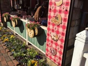 飲食施設「ケープコッド・クックオフ」前の花壇もスウィート・ダッフィー仕様。ピンクの装飾がそうですね