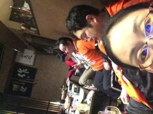 お疲れの前多先生を横目に荒川さんは元気!前多先生の完走メダルをかけ、ご満悦です