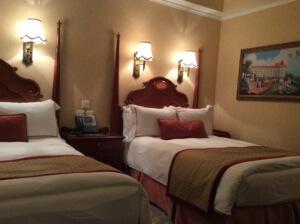 室内のベッド。高さがあるので、落ちないようにご注意を
