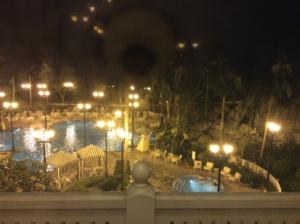 滞在していた部屋はプールが目の前に。夜入るのもロマンチックだなぁ