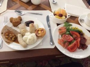 こちらが私の取った料理。食べ過ぎた…香港名物・エッグタルトが美味しい!