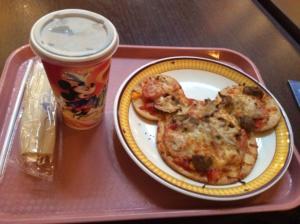 通常営業中に食べたロイヤルバンケットホールのミッキーピザ。2セット注文すれば半額の対象です