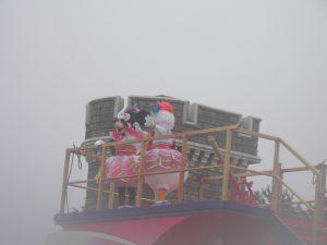 その隣はミニー&デイジー。コスチュームがかわいいと声援が飛んでいました