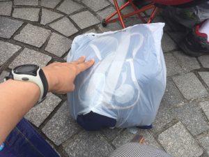 ビニールはこんな感じにして結び目下に。大き目の袋の方がゆとりを持って入れられますね