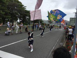フラフパレードの様子。この直後にざっと雨が…!!