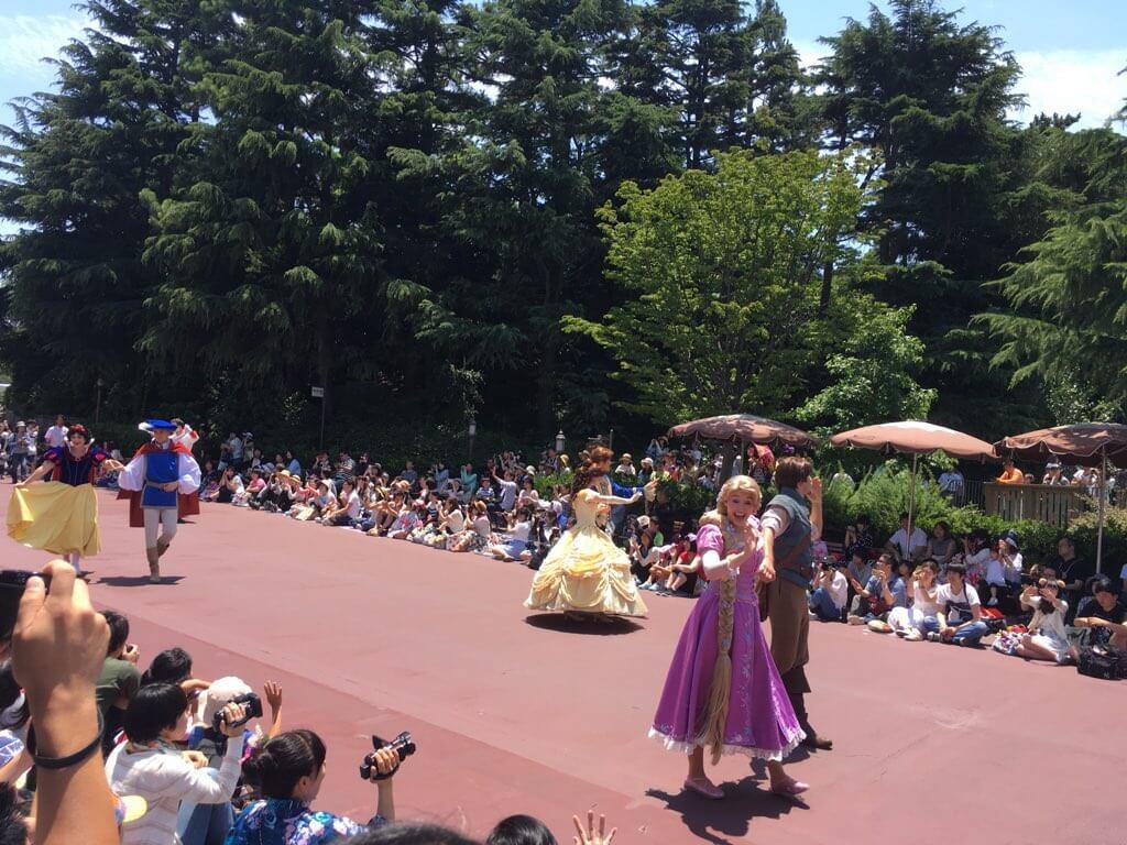 プリンセスたちはいつもの出で立ちで。徒歩というのが斬新!