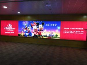 浦東空港では大きなパーク案内パネルが出迎えてくれました!