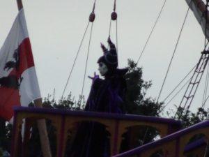 ハーバーにヴィランズ集結!マレフィセントが開会を宣言し、船にキャラクターが登場します