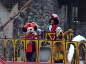ミッキーとプルートはフック船長&スミーとともに登場。一部でSummy=スミーと読まれているようですが、私はサミーです