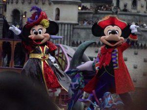 ミッキー&ミニーがミッキー広場にやってきました。華やかなダンスが繰り広げられます
