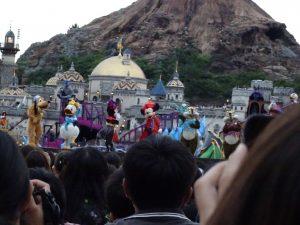 ラストはミッキー広場にキャラクターが!デイジー&クラリス以外が集合します