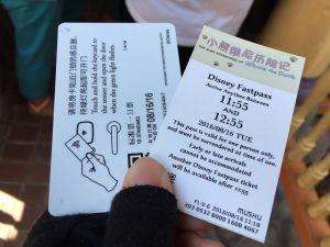 こちらがファストパス(右)と私のパスポート(ホテル宿泊者用)。利用時にはパスポートの提示も求められるので、どちらも用意しましょう