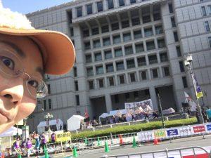 大阪市役所前でのよさこい演舞!チャレンジランのゴール地点も兼ねているため、ステージ遠い…