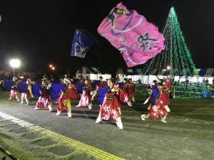 踊りゃん祭のお子さんたちはサンタの帽子をかぶって、旗士のみなさんはなぜかアフロで!