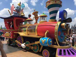 ミッキーとドナルドはパレードのタイトルにもなっている汽車で登場!