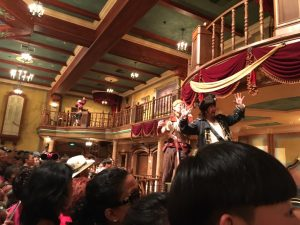 ショー第一部?立って見ることになります。内容は海賊たちのドタバタ劇
