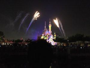 城から離れたところだと噴水の演出は見えませんが、プロジェクションマッピングと花火はよく見えます