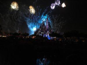 ランドの「ワンス・アポン・ア・タイム」のようなストーリー形式ではないですが、ディズニー映画の名場面色々!花火は日本より多く上がります