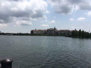 パークには湖もあります!奥の建物は上海ディズニーランドホテル
