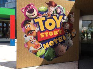 ホテル玄関前にどどんとトイストーリーの仲間たちがお出迎え!