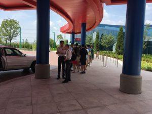 正面玄関向かいにはシャトルバス乗り場が!パーク行きとディズニー駅行きに分かれているので並ぶ際にはご注意を