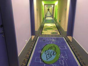 フロントで鍵をもらい、いざお部屋へ。廊下もこのテンションですよ!!