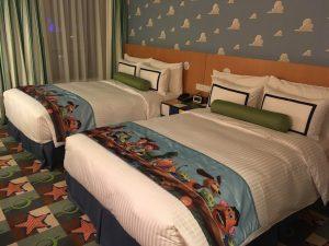見よ、このベッドといい、カーペットといい、壁紙といい。よく世界観が再現されています