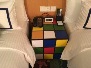 このベッドとベッドの間にあるテーブルがルービックキューブ…よく考えましたな