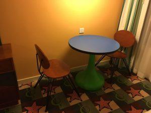 テーブルと椅子は固いので座りづらいのが難点。フワフワだと良かったのに
