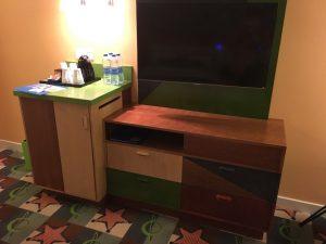 テレビ台もカラフル!隣の台にはミネラルウォーターやお茶パックなどが置いてあります