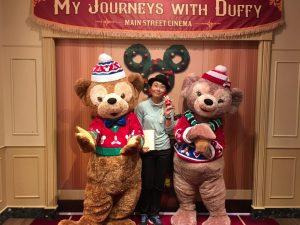 ダッフィー&シェリーメイは2ショットを撮り忘れたので、私を含めた3ショットを…